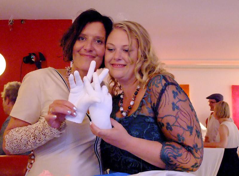 Zwei Frauen halten das Ergebnis