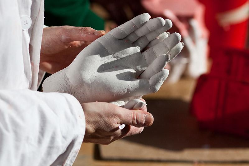 Ute Krafft beim Nacharbeiten an einer Gipshand