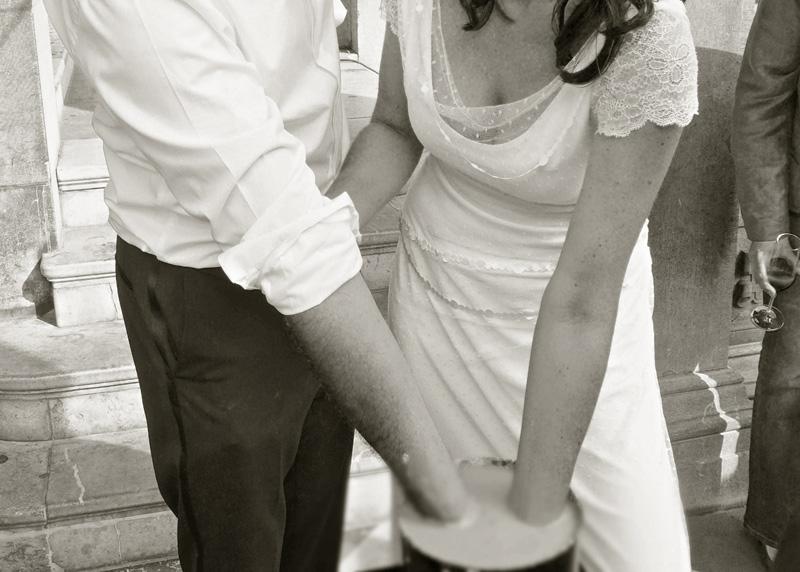 Foto: Paar hält Hände in Flüsigkeit