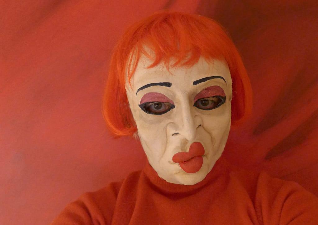 Foto einer Frau mit Maske inspiriert von Otto Dix