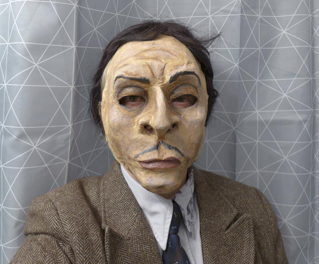 Foto eines Mannes mit einer Maske