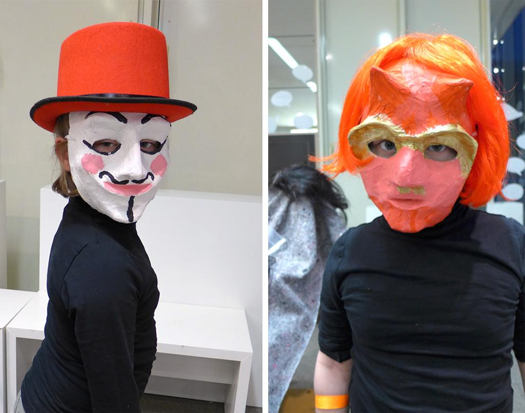 Foto: zwei maskierte Kinder