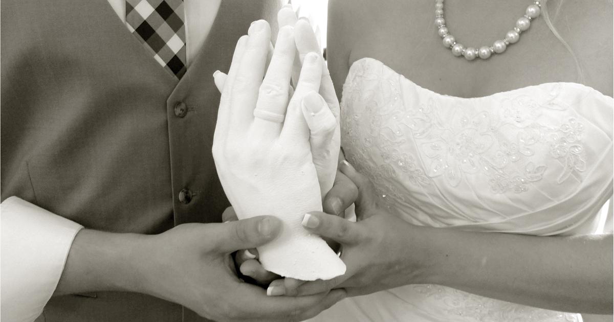 Foto: Brautpaar mit Handabformung