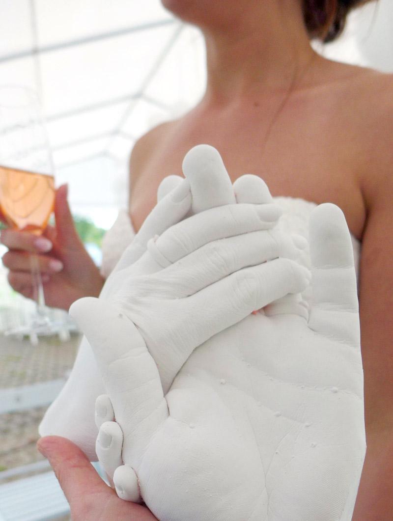 Foto: Abformung der Hände vor Braut