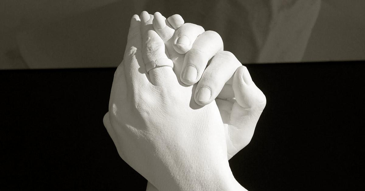 Foto: Handabformung eines Brautpaares