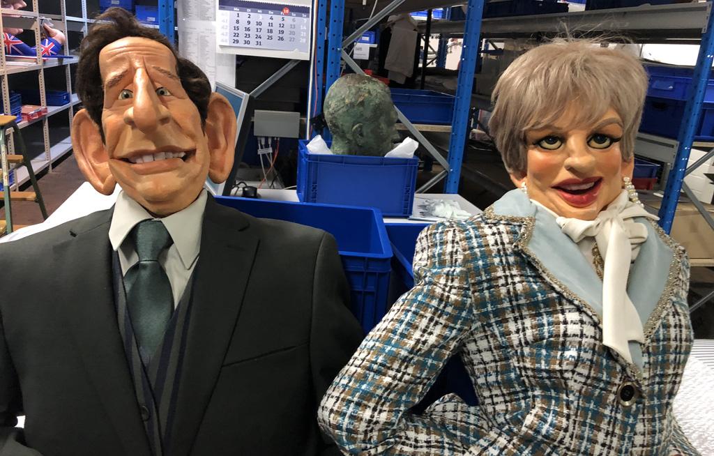 Foto: Die Puppen Charles und Diana im Lager