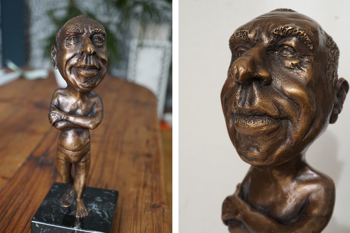 Zwei Fotos der selben Bronzekarikatur