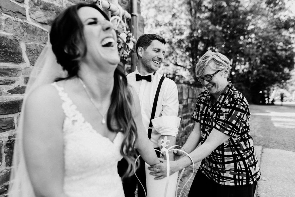 Foto: Brautpaar und Ute beim Handabformen