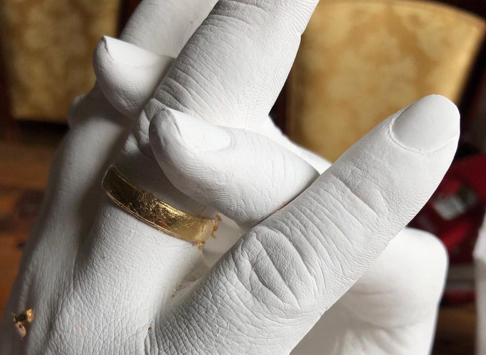 Foto: Handabformung Paar mit Ring