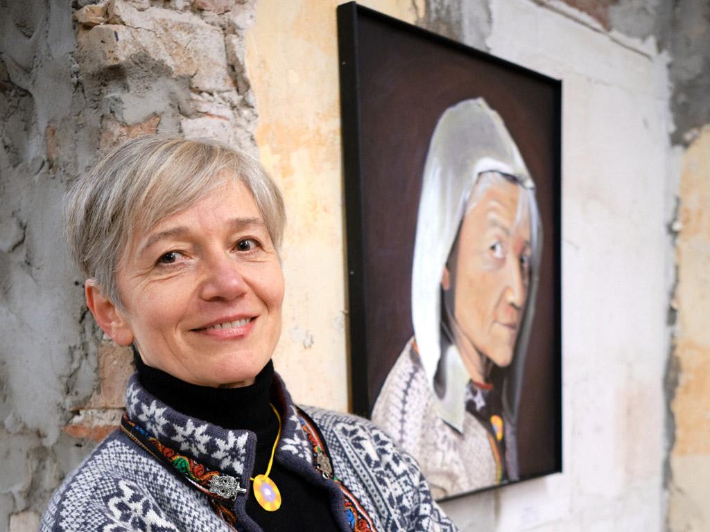 Foto: Ute Krafft vor einem ihrer Bilder