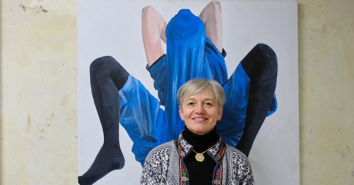 Foto: Ute Krafft vor einem ihrer Gemälde