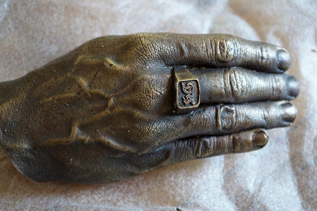 Foto einer Hand aus Bronze