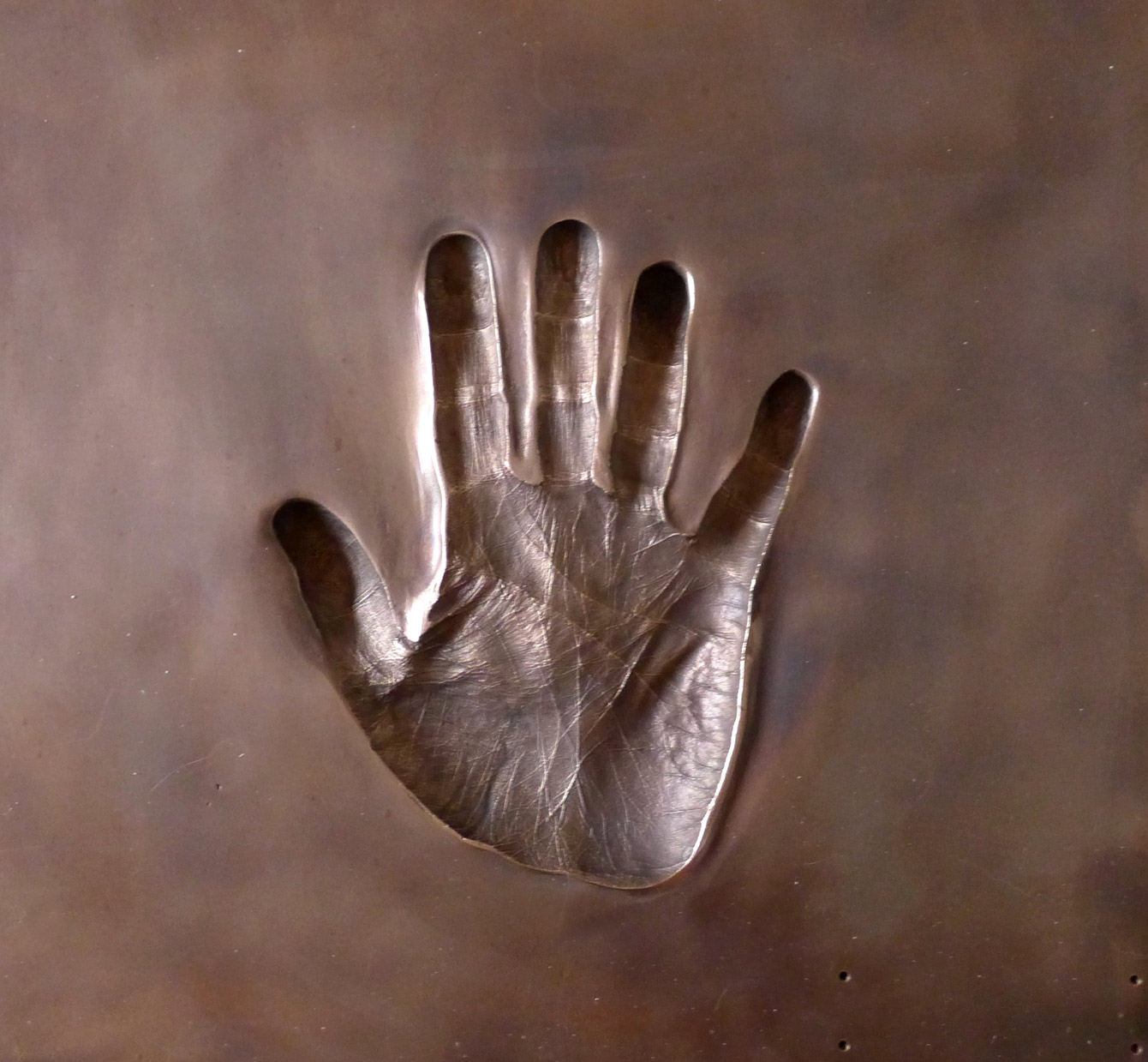 Foto des Handabdrucks in Bronze