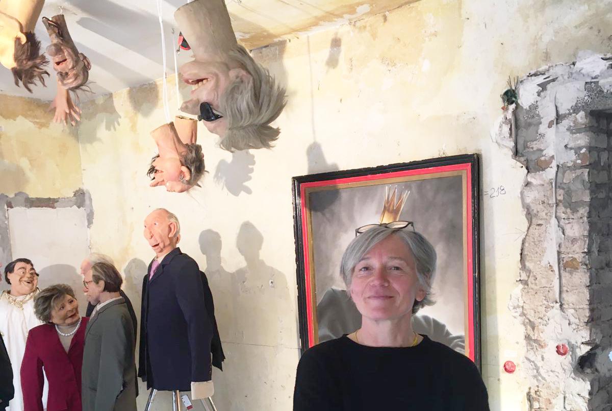 Foto: Ute mit Puppen in der Ausstellung