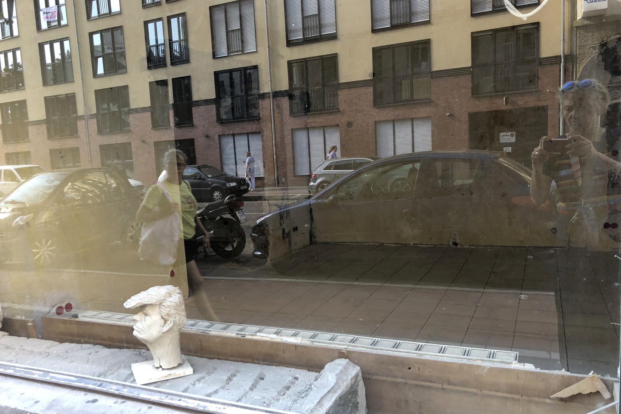 Foto: Trump als Figur im leeren Schaufenster